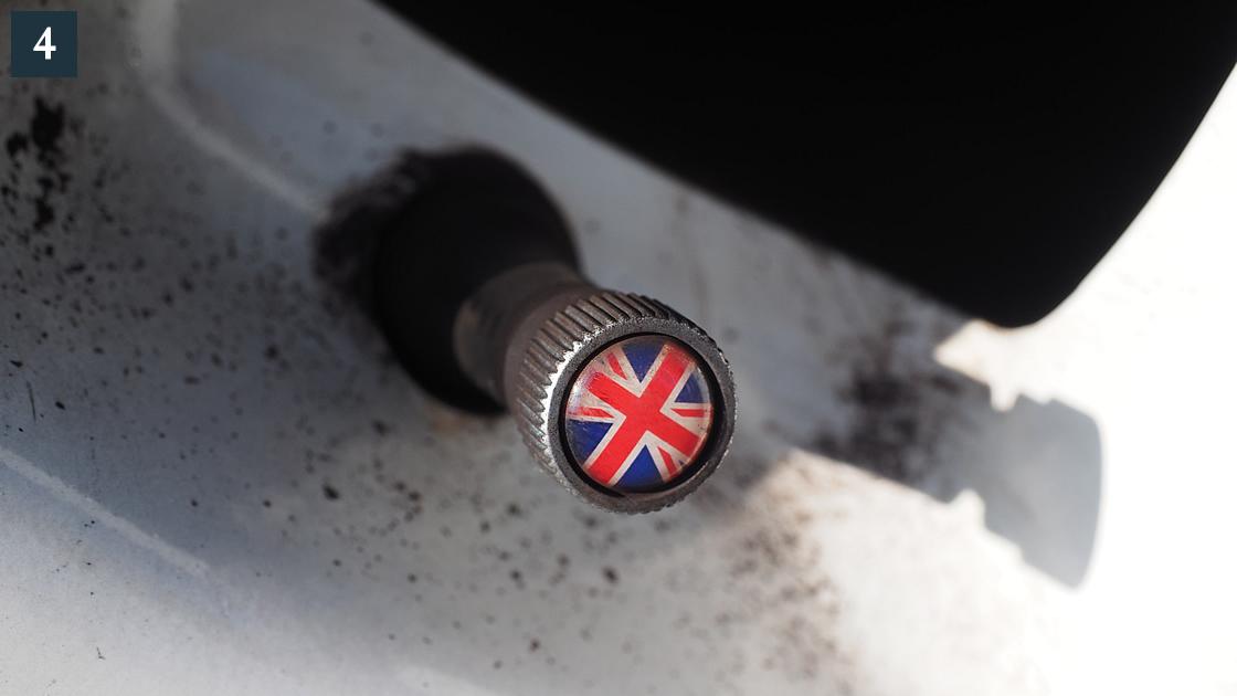 タイヤのエアバルブキャップ。ミラーとデザインを合わせてユニオンジャックのエアバルブキャップを取り付けています。