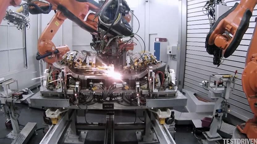 溶接もロボット。