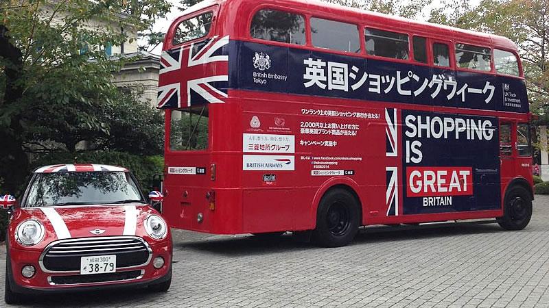 英国バスにミニが並走!