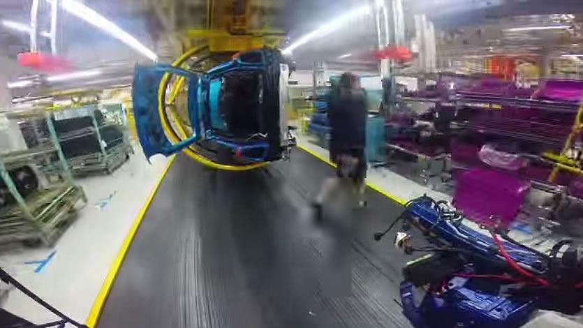 車体下部の作業性をよくするためかF55がライン上でグリンと90℃倒される。