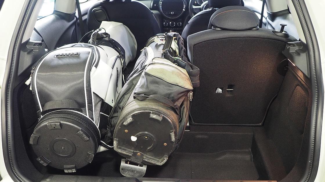 3ドアに2つゴルフバッグを積んでみました。