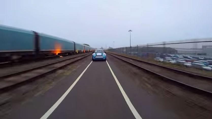 オックスフォード工場のすぐ側には陸送用の列車がある。