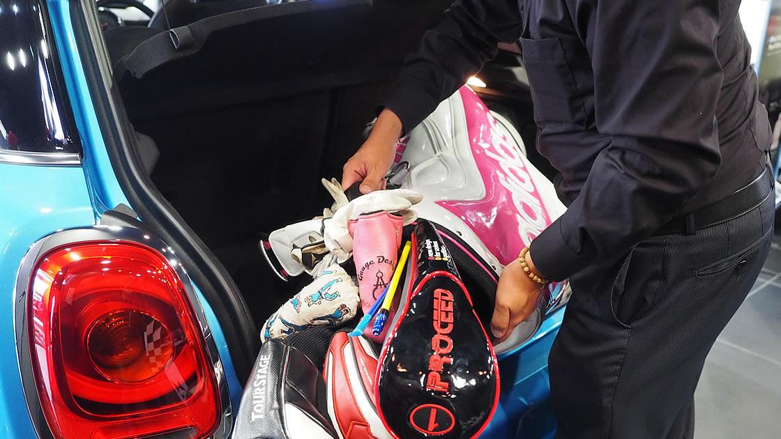 ゴルフバッグの横置きはミニでは幅の関係で無理です…