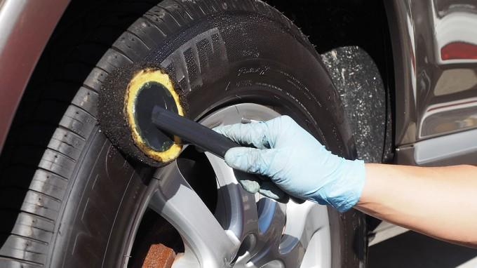 タイヤワックスを塗る。