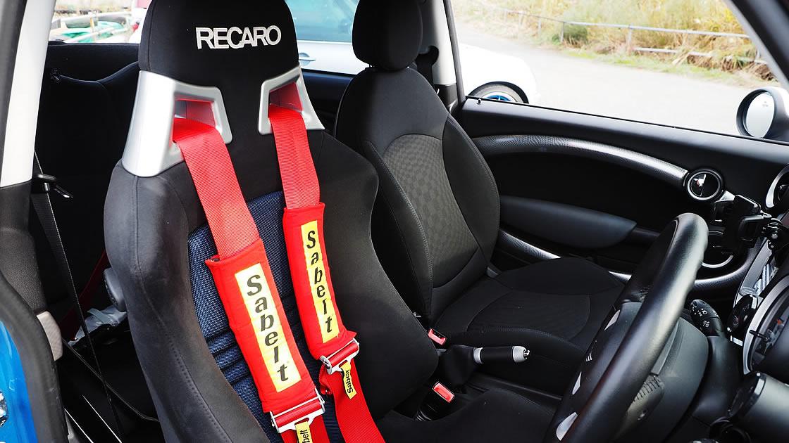レカロシートと4点式シートベルト