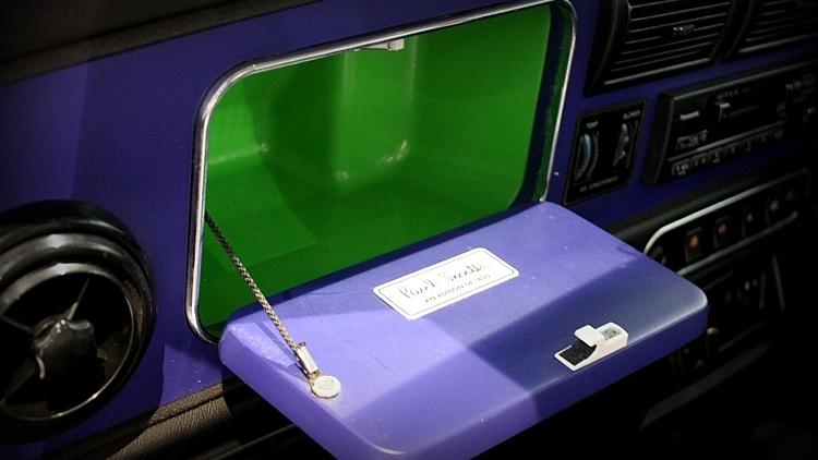 シトラスグリーンで飾られたグローブボックス