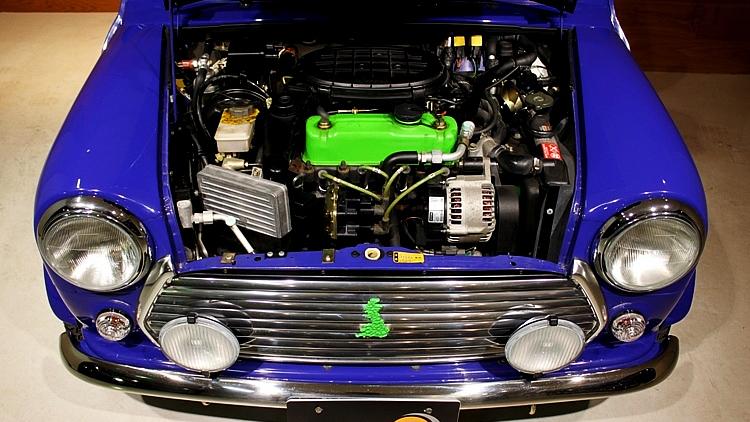 シトラスグリーンでアクセントがつけられたエンジンルーム