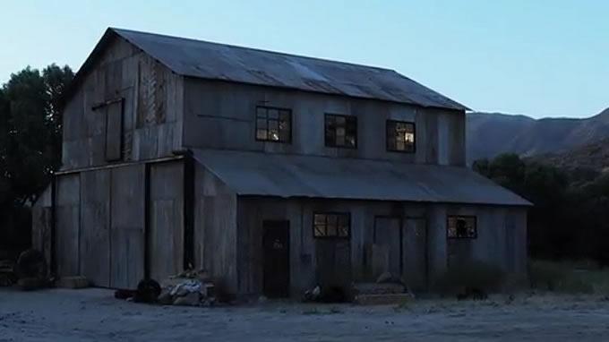謎の掘っ立て小屋で…