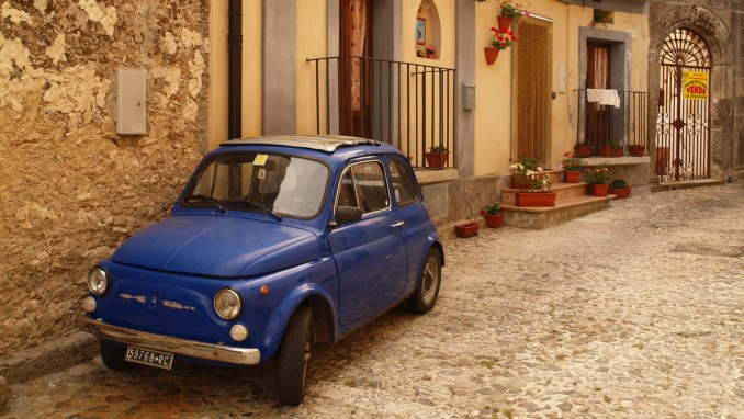 イタリアの地方で今も走っているフィアット500