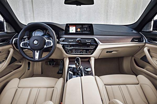 BMW 5シリーズツーリング_運転席