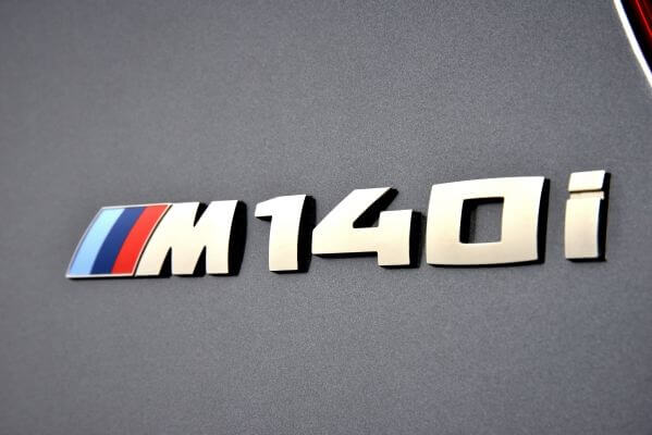BMW1シリーズ_M140iエンブレム