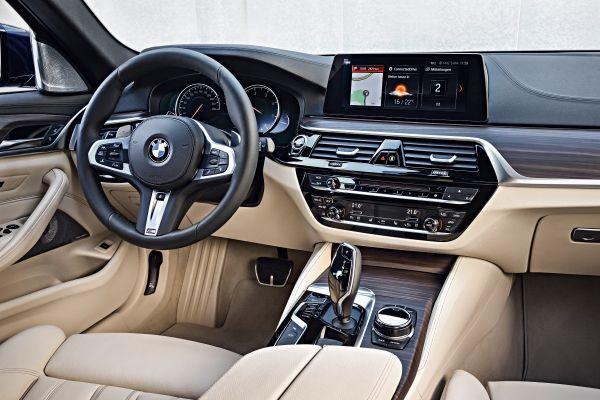 BMW_5シリーズツーリング_運転席_先進の運転支援システム
