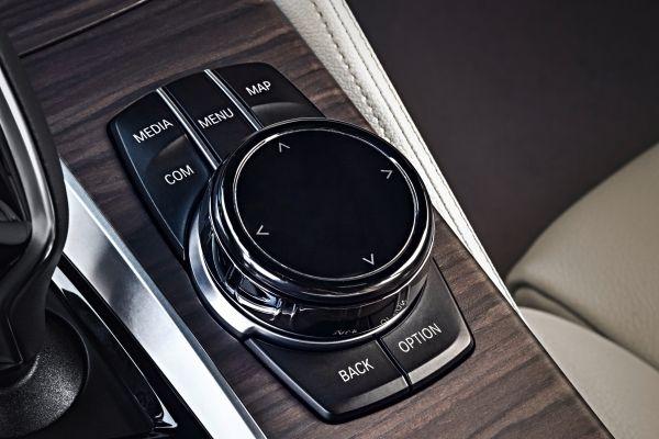 BMW 5シリーズツーリング_iDriveコントローラー